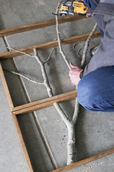 Explore this framed branch DIY large wall decor idea. Decoration Branches, Tree Branch Decor, Tree Branch Crafts, Pallet Wall Decor, Diy Wall Decor, Diy Crafts For Home Decor, Diy Frame, Diy Furniture, Explore