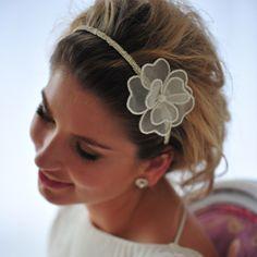 Nossas tiaras e coroas para noivas são produzidas em tecido natural, cortadas individualmente e feitas à mão no Atelier Mercedes Alzueta até a perfeição. Foto: Laura Alzueta www.mercedesalzueta.com.br