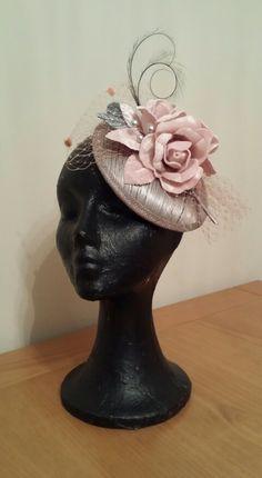 Tocado casquete plata con flores de terciopelo y velo de redecilla rosa palo, doble pluma rizada y pistilos xl perlados
