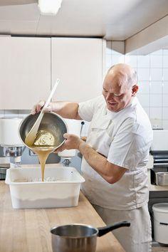 Vorbereiten des Teiges für die Appenzeller Lebkuchen (Appenzeller Biber). Bild von Martina Basista