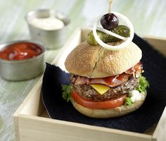 Photo credit: G. Drakopoulos  Δεν υπάρχουν πιο νόστιμα και πιο μαλακά burger από αυτά.     Βάζουμε το μπέικον σε ένα κρύο τηγάνι χωρίς λάδι και το ψήνουμε μ...