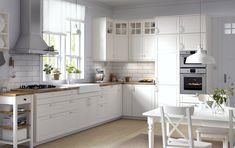 5ed920222 Cuisine en panneaux de fibres de bois peints en blanc cassé et plan de  travail Karlby