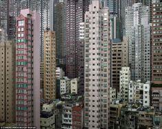にわとり小屋のような狭いアパートに住む貧困層の人々
