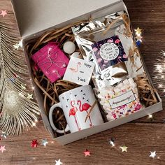 """Élégant et à la mode, un grand ensemble de """"Pink Flames . Easy Gifts, Homemade Gifts, Cute Gifts, Bday Gift For Boyfriend, Boyfriend Gifts, Diy Gift Baskets, Gift Hampers, Creative Gift Wrapping, Creative Gifts"""