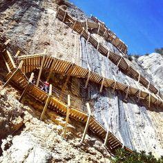 Este camino de Huesca es accesible para los amantes de la naturaleza, pero también encantará a los que busquen emociones fuertes. Travel Around The World, Around The Worlds, Stairs To Heaven, Spain And Portugal, Aragon, Berg, Spain Travel, Amazing Destinations, Wonders Of The World