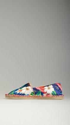 Blue canvas cotton espadrillas featuring floral pattern detail, jute rope detail on the platform, rubber sole, 100% cotton.