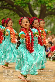 Keiki hula dancers from Halau Hula O Hokulani dancing at the Kapiolani park. My childhood dream was to be a hula dancer. Let ́s Dance, Shall We Dance, Dance Art, Just Dance, We Are The World, People Around The World, Tanz Poster, Beautiful Children, Beautiful People