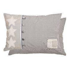 """Mit diesem hübschen Kissen von Clayre & Eef (LUS36) aus der Serie """"Lucky Stars"""" holen Sie sich die Sterne vom Himmel. Das Kissen ist grau/weiß kariert, die drei Sterne sind auf einem silbrig schimmernden Untergrund aufgenäht. Die fünf silberfarbenen Knöpfe geben dem Design noch den letzten Schliff.Das Beste ist, dass die Füllkissen (echte Federn) bereits inbegriffen sind. Die Kissen haben eine Breite von 50cm und eine Höhe von 35cm. 29,99€…"""