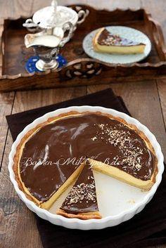 Süße, knusprige Tarte mit einer leichten, französischen Crème pâtissière und Mascarpone, oben bedeckt mit einem Schokoguss. Lecker, knusprig und cremig.