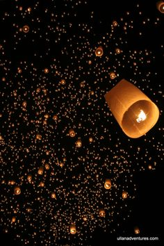 Thai Sky Lantern Festival - beautiful photos and post! Cool Black Wallpaper, Night Sky Wallpaper, Paris Wallpaper, Beautiful Nature Wallpaper, Fall Wallpaper, Wallpaper Backgrounds, Floating Lanterns, Floating Lights, Sky Lanterns