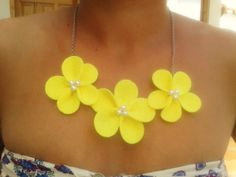 Collar de flores de fieltro en color amarillo y perlas blancas
