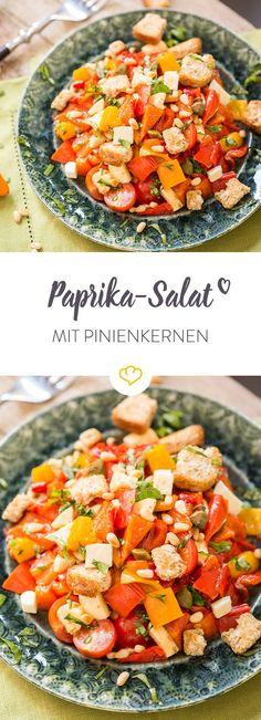 Saftig, süß und zusammen mit Mozzarella, Kirschtomaten und gerösteten Pinienkernen extrem lecker – dieser Paprika-Salat weiß, wie er dich verzaubert.