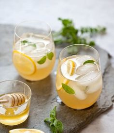Whiskey Lemonade Recipe with Honey Simple Syrup Okay, this Lemonade is a little bit different, but really delicious! Whiskey and honey in a lemonade? The best refreshing lemonade recipe. Whiskey Lemonade, Honey Lemonade, Whiskey Cocktails, Whiskey Soda, Honey Whiskey, Lemonade Cocktail, Healthy Lemonade, Homemade Lemonade, Summer Drinks