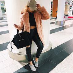 Love this coat, always wanted a faux fur coat. Light pink or black or heather grey Women's Fashion Leggings, Blazer Fashion, Fashion Outfits, Fashion Hats, Fashion Accessories, Womens Fashion, Fashion Brands, Fashion Online, Gossip Girl Fashion