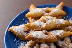 Ca le stii dupa denumirea de minciunele, scovergi sau pur si simplu gogosi, preparatul e acelasi: gogosi pufoase intoarse, ce aduc a fundite, pe care sigur le mancai cu drag in copilarie, dupa reteta bunicii. Se prepara relativ usor, daca nu te grabesti si ai rabdare sa le lasi la dospit incat sa-ti iasa cu … Romanian Desserts, Onion Rings, Foodies, Deserts, Good Food, Fresh, Cooking, Breakfast, Ethnic Recipes
