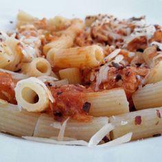 Macarrones en salsa napolitana con queso parmesano y picantico!