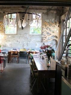 Proef | ELLE Een restaurant met een eigen moestuin aan het Westerpark, dat is Proef. Hier kun je terecht voor very yummie biologische gerechten terwijl je je vergaapt aan de too-cute-for-words inrichting. Laat ze van te voren even weten dat je glutenvrij eet en het is geen probleem. Proef Gosschalklaan 12 Amsterdam ProefAmsterdam.nl