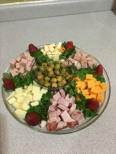 Party Food Buffet, Party Food Platters, Party Dishes, Charcuterie Recipes, Charcuterie And Cheese Board, Finger Food Appetizers, Appetizer Recipes, Meat Cheese Platters, Appetisers
