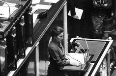 Simone Veil, devant l'hémicycle, le 26 novembre 1974.