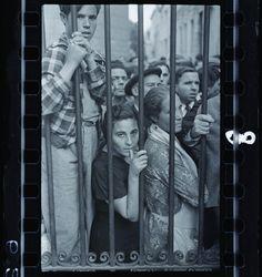 "In 1936 three Jewish refugees from Hitler, Robert Capa, David ""Chim"" Seymour, and Gerda Taro, went t James Nachtwey, Henri Cartier Bresson, Lee Miller, Steve Mccurry, Robert Doisneau, Time Out, Family Photography, Street Photography, Photography Tips"