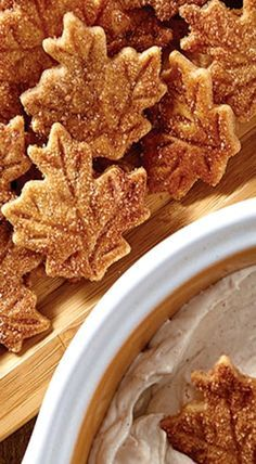 & Sugar Pie Crust Chips & Cinnamon Dip - one of the easiest, tastiest treats you can make for the holidays.Cinnamon & Sugar Pie Crust Chips & Cinnamon Dip - one of the easiest, tastiest treats you can make for the holidays. Dessert Dips, Köstliche Desserts, Dessert Recipes, Plated Desserts, Fall Baking, Holiday Baking, Yummy Treats, Sweet Treats, Yummy Food