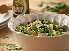 Salada de macarrão, fiambre, espinafres com folha e pinhões