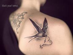 """Hier hat Nori eine Schwalbe mit dem Symbol für """"Glaube Liebe Hoffnung"""" kombiniert. #blackpearltxttxx"""