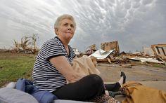 20/5 Kay James senta com seu gato nos braços em frente à casa destruída após a passagem do tornado em Oklahoma.