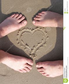 Coeur De Sable Avec Le Pied D'amoureux Photographie stock - Image ...