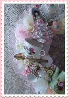DIY:: Shabby Tea Cup Wreath This link is gone now but I am pinning this for inspiration. Shabby Chic Kranz, Shabby Chic Crafts, Vintage Crafts, Craft Projects, Projects To Try, Project Ideas, Home Decoracion, Cup Crafts, Look Vintage