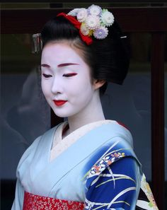 Maiko Kyoka-san from Gionkobu (by Japanese Costume, Japanese Kimono, Geisha Japan, Kyoto Japan, Memoirs Of A Geisha, Traditional Japanese Art, Japanese Beauty, Japan Fashion, Paisajes