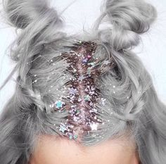 How gorgeous is this festival hair!? Aaaalll the glitter!