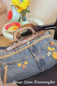 Uma boa maneira de reutilizar roupas antigas: uma calça jeans virou uma estilosa bolsa!