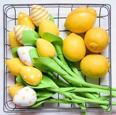 Bukiet składający się  z 11 szt  W skład bukietu wchodzą ; 3 tulipany żółte gładkie  2 żółte w małe kropeczki  2 żółte w większe kropki  2 biało żółte pasy  2 białe w żółte kropki   Kolory...