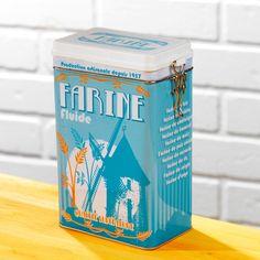 """Cette jolie boîte en métal accueille la farine et décore le plan de travail grâce à son motif """"vintage""""."""