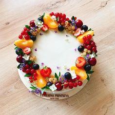 Besoin d'inspiration pour votre prochain gâteau ? Que pensez-vous de cette photo ? #cake #cakedesign #inspiration Drip Cakes, Buttercream Decorating, Cake Decorating, Sweets Cake, Cupcake Cakes, Beautiful Cakes, Amazing Cakes, Fresh Fruit Cake, Berry Cake