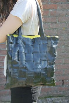 Ma-de-by-me: Tas van fietsband Tyres Recycle, Recycle Jeans, Upcycle, Tire Craft, Recycling, Diy Bags Purses, Old Tires, Bike Chain, Recycled Rubber