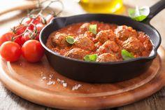 Mäsové guľky: 500 g mletého mäsa  1 vajíčko 2 strúčiky cesnaku 1-2 pl strúhanky 1 čl sušeného oregana 4 čl čerstvej bazalky 1 čl drvennej rasce 1 čl dijonskej horčice 1 čl mletej červenej papriky kajenské korenie podľa chuti olivový olej soľ Paradaková omáčka: 2 balenia konzervovaných paradajok 1 balenie...