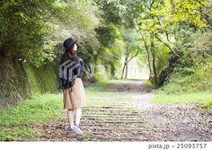 兵庫県武田尾廃線跡のハイキングコースを散策する帽子をかぶつた若い女性