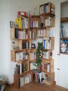 Bibliothèque en caisse de vin pour notre salon: