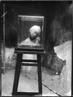 La cera dell'Enfant maladenell'atelier in Batignolles. Sul fondo il gesso diParis la nuit, Foto Rosso, 1898 circa. © Archivio Medardo Rosso, Barzio