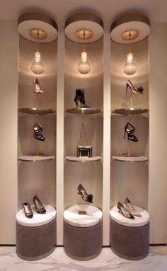 verticale presentatie (jimmy choo) - iets wat in de hoogte gepresenteerd is Shoe Store Design, Retail Store Design, Boutique Interior, Shop Interior Design, Vitrine Design, Visual Merchandising Displays, Store Layout, Shoe Display, Store Interiors