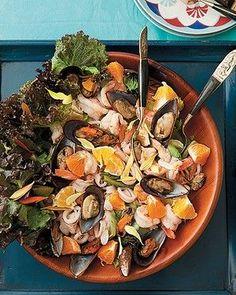 Salada de frutos do mar com mexerica e flores (Foto: Cacá Bratke/Editora Globo )