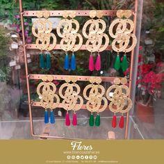 🌸😍Se #tendencia con nuestros complementos. ¡El dorado todo un Tu #look de #flamenca te espera en #BlancoAzahar.   #TodosLosColores en más de 100 especies de flores.  #ModaFlamenca #FeriadeAbril #FeriadeAbril2018 #Sevilla #floresflamenca #Mantoncillo #Flordeflamenca #Pendientesdeflamenca #Dorados Ladder Decor, Advent Calendar, Floral, Holiday Decor, Home Decor, Hydrangea Corsage, Orange Blossom, Carnations, New Trends