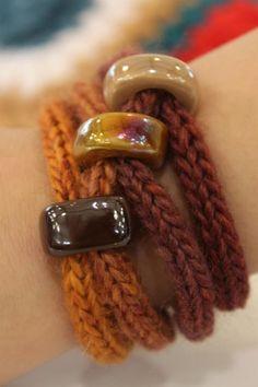 Multanka - soutache with a needle of fun: Pasta vel zamotki halskette - Knitting for beginners,Knitting patterns,Knitting projects,Knitting cowl,Knitting blanket Crochet Bracelet Pattern, Knit Bracelet, Bracelet Crafts, Bracelet Patterns, Jewelry Crafts, Textile Jewelry, Fabric Jewelry, Beaded Jewelry, Beaded Bracelets