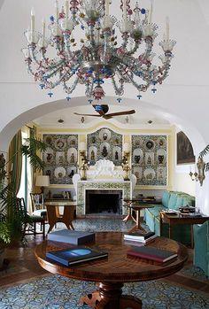 Villa TreVille Positano: Blue living room of the villa: a niche filled with antique ceramic vases.