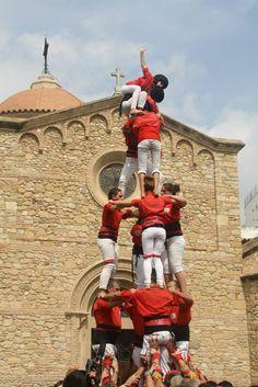 3d6 amb agulla dels Castellers de Rubí a la plaça de l'església de la mateixa ciutat, fet a les festes de Sant Roc del 2014. Set anys d'evolució, i dotze de constant renaixença, això seria en síntesi la trajectòria dels Castellers de Rubí, que ja en fan 19.