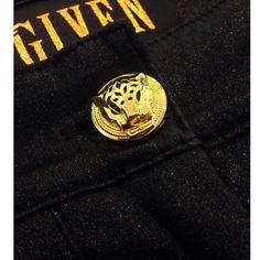 Eyecather! It's Given Fashion bij ModaNova  De golden tiger knoop. Deze knoop behoort tot de elegante Casey broek. Op voorraad bij ModaNova  www.modanova.nl