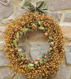Adorable - a sunny yellow bumble bee wreath! It even has little bumble bees and bee hives!