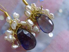 Ausgefallene, sehr zierliche und schöne Ohrringe mit Iolith gefasst in zartes vergoldetes wirework mit den Mini Keshi perlen. Mit dem filigranen w...